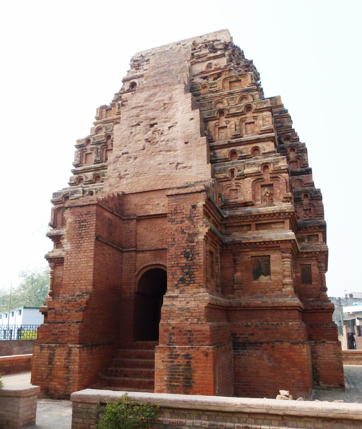 Bhitargaon Temple and Aqueduct tour: Bumpy Trail Bicyclists